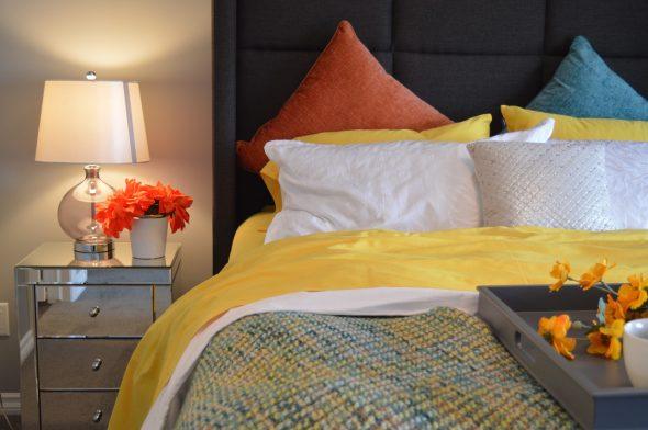Um quarto moderno com um toque floral
